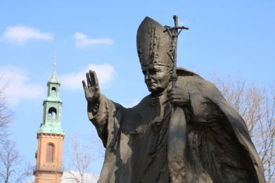 Złożenie kwiatów pod pomnikiem Papieża Polaka