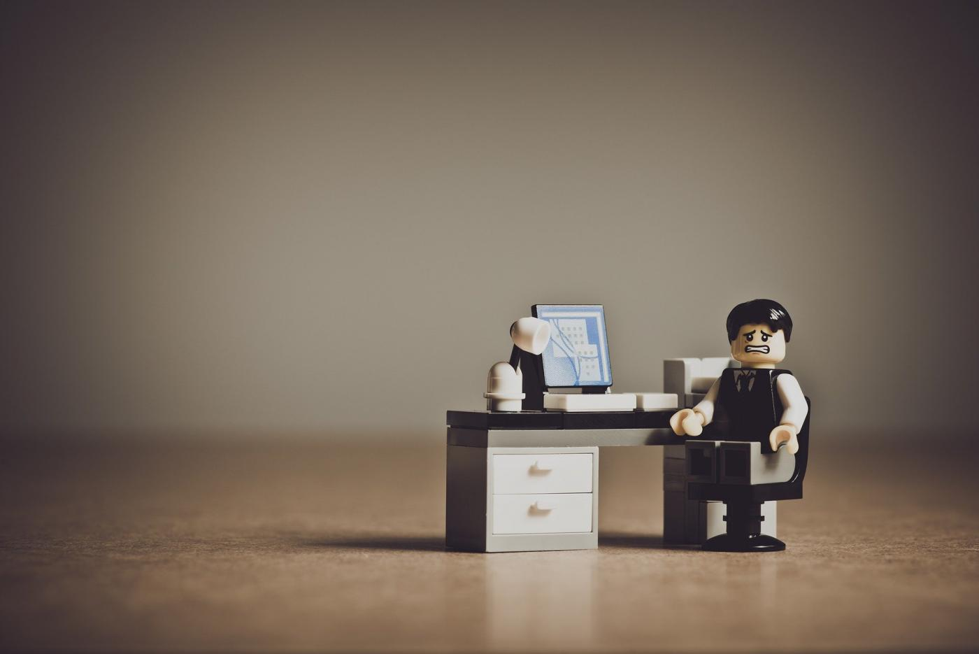 Organizacja w pracy. Cztery sposoby na porządek na biurku