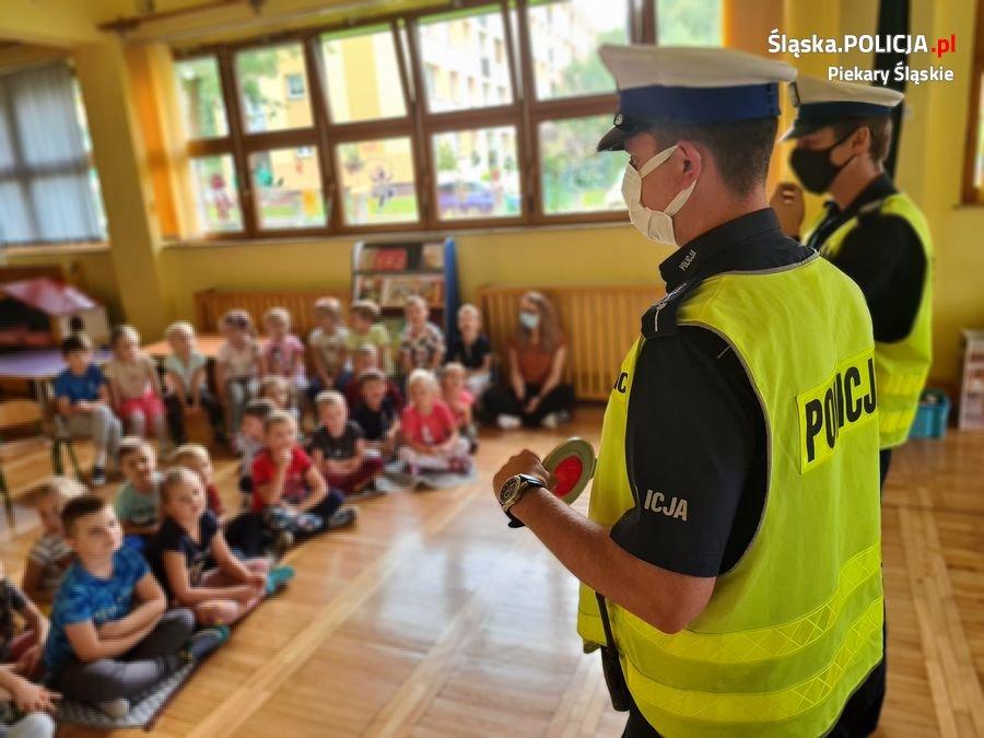 Bezpieczna droga do szkoły z piekarskimi policjantami